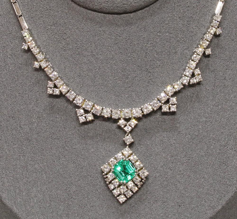 Collier, WG 750, achteckig facettierter Smaragd ca. 2,50 ct., 73 Brillanten, zus. ca. 4,00 ct., tw/lpr-vvs, 42 cm lang, 25,5 g, Kette mit kleiner Fehlstelle