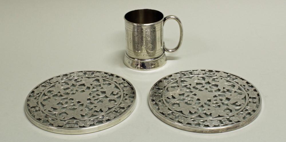 Paar Untersetzer, Silber 925, Blütenzier mit Ranken auf farblosem Glas montiert, ø 15 cm;