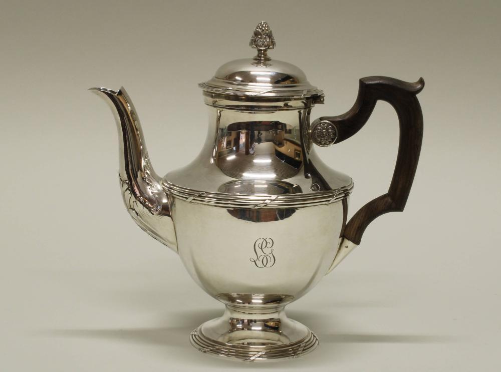 Teekanne, Silber 950, Frankreich, L. Lapar (Bodenstempel), Gefäß mit abgesetzter Schulter, graviertes Monogramm, Profilband und Akanthus, brauner Holzhenkel, 21 cm, ca. 632 g