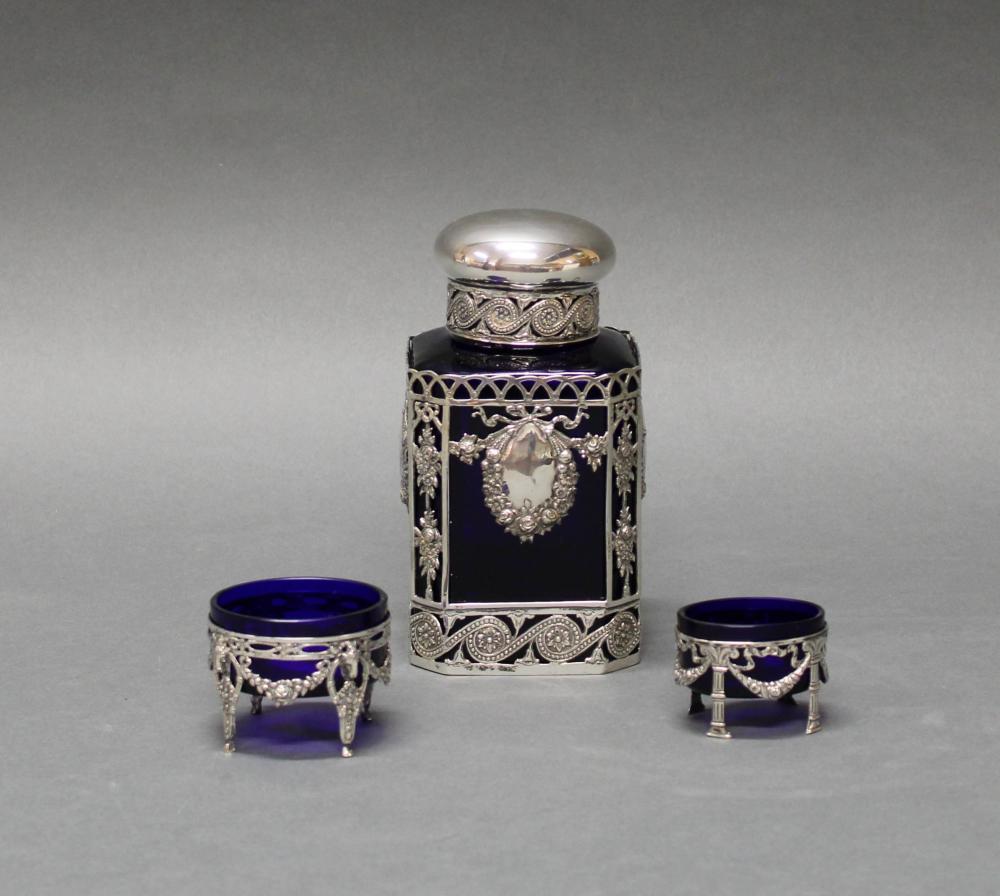 2 Gewürzschälchen, Silber 800, deutsch, verschieden, Blütengirlanden, blaue Glaseinsätze, 4 x 5.5 x 4.2 cm bzw. 5 cm hoch, ø 6.5 cm, zus. ca. 45 g (ohne Glas);