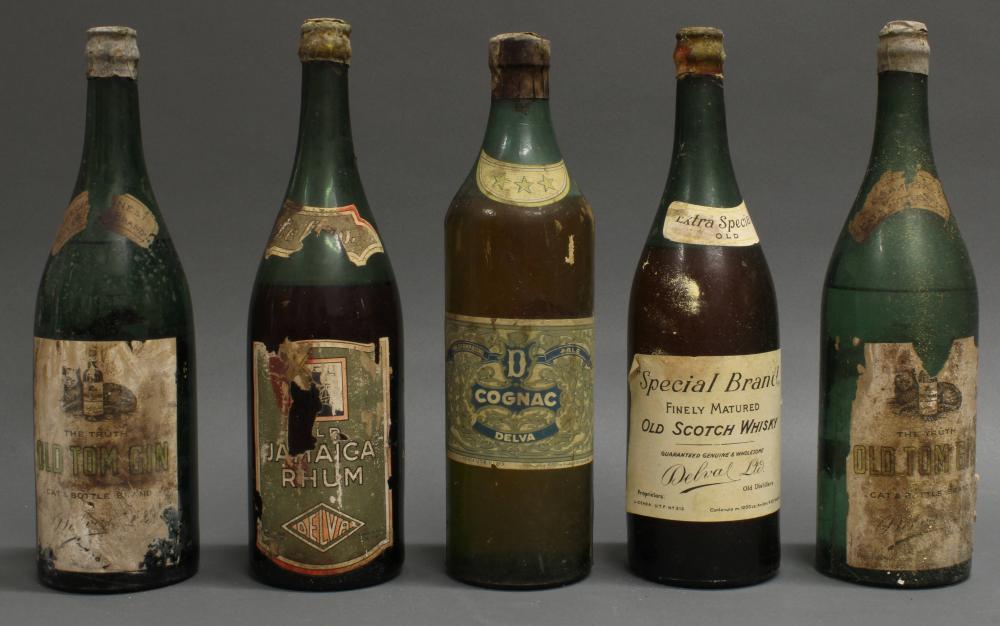 """5 Flaschen, """"Rommel-Schnaps"""", 1940er Jahre: """"Old Scotch Whisky"""", """"Cognac"""", """"Old Jamaica Rhum"""", 2x """"Old Tom Gin"""". Als deutsche Kriegsbeute aus Afrika in Fässern nach Italien verschifft, dort 1944 von den Amerikanern erbeutet, durch die italienische F"""