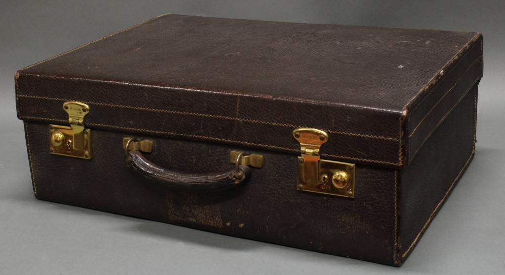 Reise-Necessairekoffer, Leipzig, um 1925, dunkelbrauner Lederkoffer von Mädler, innen Utensilien meist mit Silber 925 Birmingham Adie Bros. Ltd., 18 x 50.5 x 35.5 cm, unvollständig, Alters- und Gebrauchsspuren, teils Dellen.