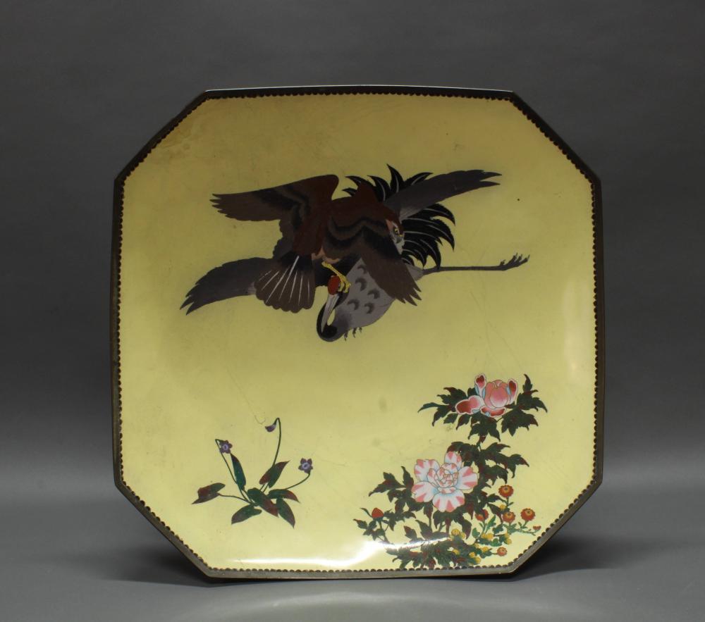 """Platte, """"Adler und Kranich"""", Japan, um 1900, Cloisonné, polychrom, gelber Fond, oktogonale Form, 10 x 55 x 55 cm, Restaurierung, Risse, Altersspuren"""