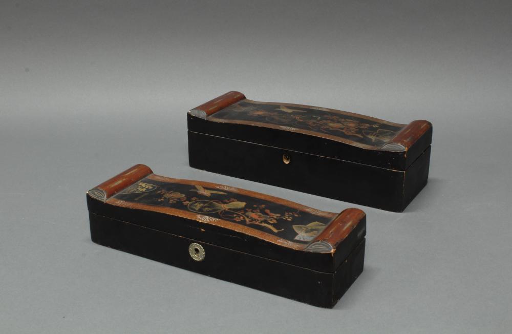 2 Lackkästen, Japan, um 1900, Gold- und Streulack auf Schwarzlack, dekoriert mit einem Vogel, Flaschenkürbis und Pflaumenblütenzweig, 6.5 x 28 x 8.5 cm, 8.5 x 30 x 10.5 cm, Alters- und Gebrauchsspuren