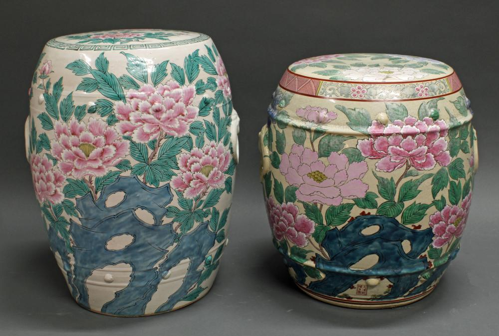 2 Gartenhocker, China, neuzeitlich, Porzellan, polychromer floraler Blumendekor, seitliche Marken, 40 cm bzw. 45 cm hoch