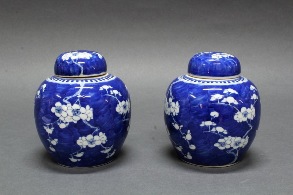 Paar Ingwertöpfe, China, Ende 19. Jh., Porzellan, bauchig, blau-weißer Ice-Crackdekor, Vierzeichenmarke Kangxi, 15 cm hoch