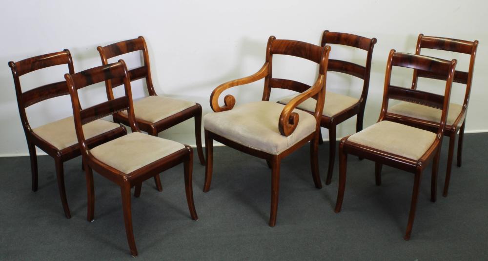 7 Stühle, davon ein Armlehnstuhl, Biedermeier um 1825, wohl norddeutsch, Mahagoni, Sitzpolster mit beigen Bezügen, H. 86 / 90 cm