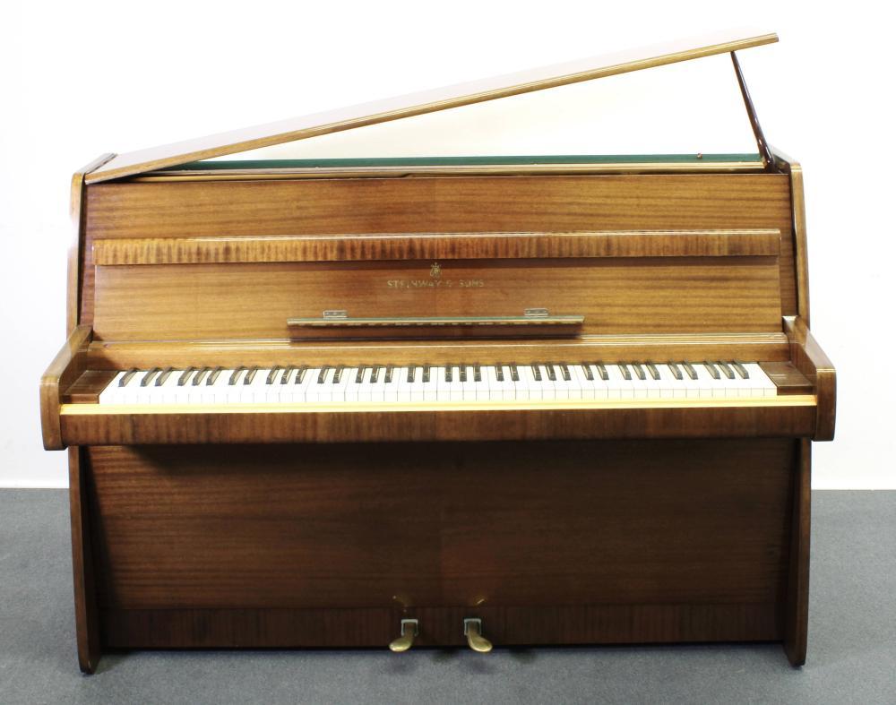 Klavier, Steinway & Sons Hamburg, um 1960, Modell F-104, Mahagoni horizontal gemasert, Nr. 395723, 104 x 148 x 56 cm, Furnier leicht ausgeblichen