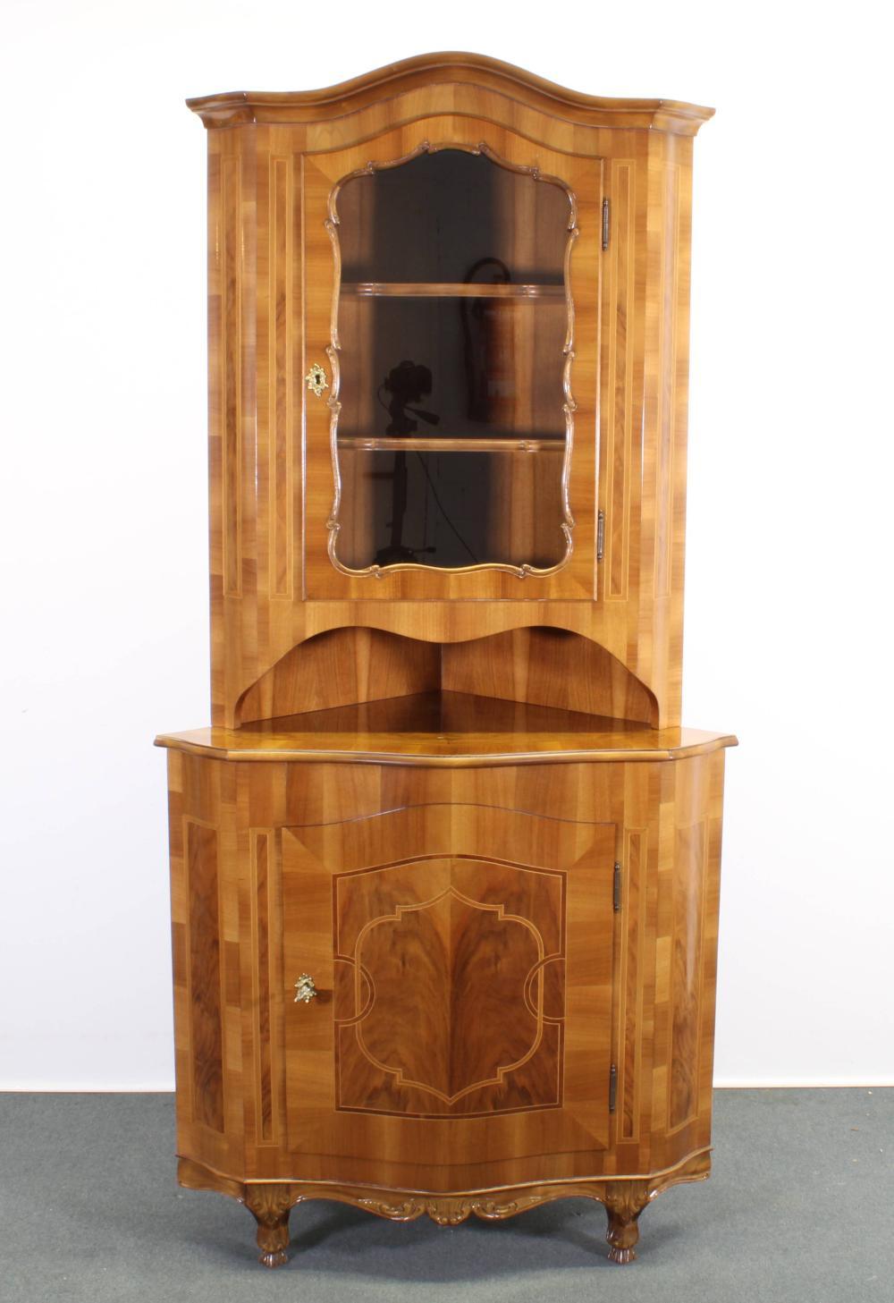 Eckschrank, Barockstil, 20. Jh., Nussbaum und Nussmaser, eintüriges Unterteil, darüber offenes Fach und eintüriges Vitrinenfach mit zwei Böden, 191 x 65 x 65 cm