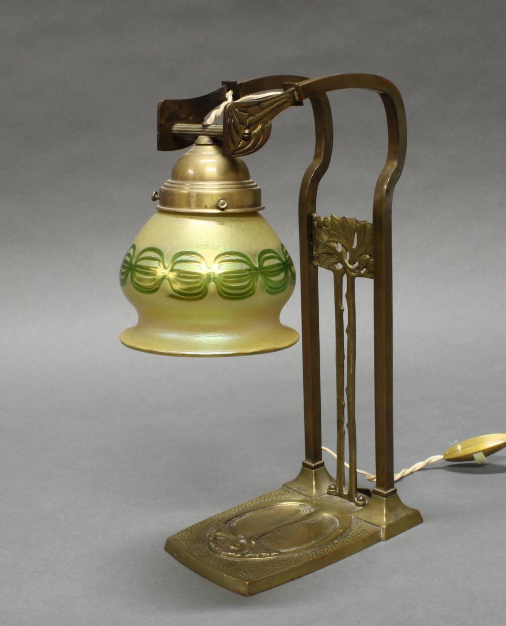 Tischlampe, Jugendstil, 1920er Jahre, Messinggestell vegetabil verziert, gelblich-grüner Glasschirm irisierend, 32 cm hoch, Elektrik ungeprüft, fehlende Schraube