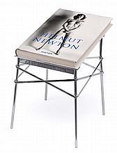 HELMUT NEWTON (1920-2004) « Sumo » 1999 Célèbre livre reprenant l'aeuvre de l'artiste avec plus de 400 illustrations couleur et noir et blanc, signé en bleu et numéroté. London Taschen, 1999, Imperial Folio, avec son présentoir d'origine au design