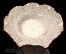 GRAND CENTRE DE TABLE    En verre de Murano, à forme de grande fleur stylisée, à dominante de blanc crème et bordure rose-rouge, soufflé de bulles.  Diamètre : 52 cm