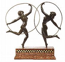 MARCEL ANDRE BOURAINE (1886-1948)  Les danseuses au cerceau  Important groupe en bronze à patine verte reposant sur une base en marbre rouge brun et mosaïques. Signé Manque à l'arrière de la base en marbre. Hauteur : 42 cm