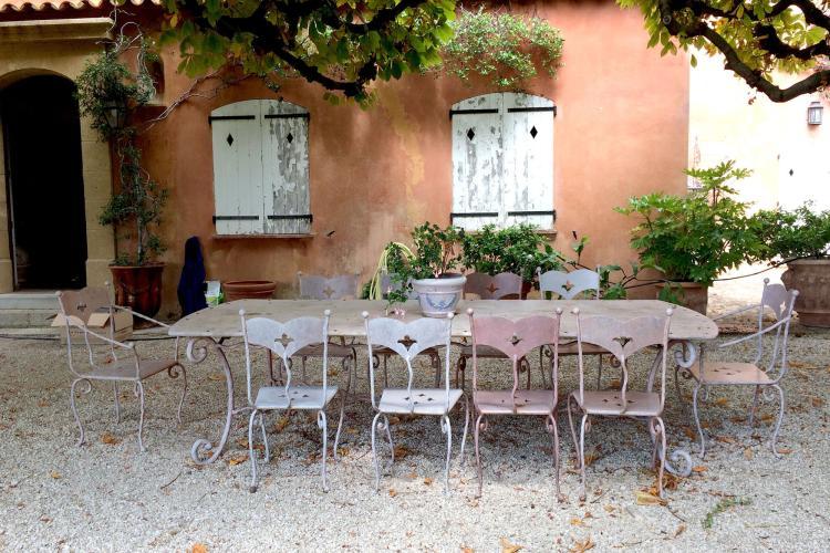 Importante table de jardin et ses dix chaises - Tables et chaises de jardin ...