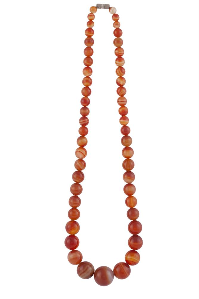 A BANDED AGATE BEAD NECKLACE. Approx. 48.5cm