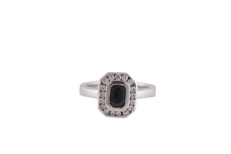 A SAPPHIRE AND COLOURLESS STONE RING, mounted in 18 carat gold, ring size M½