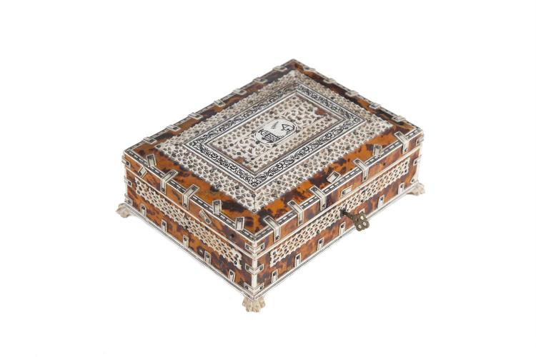AN ANGLO INDIAN SANDALWOOD, TORTOISESHELL AND BONE MOUNTED CASKET, late 19th century. 21cm wide