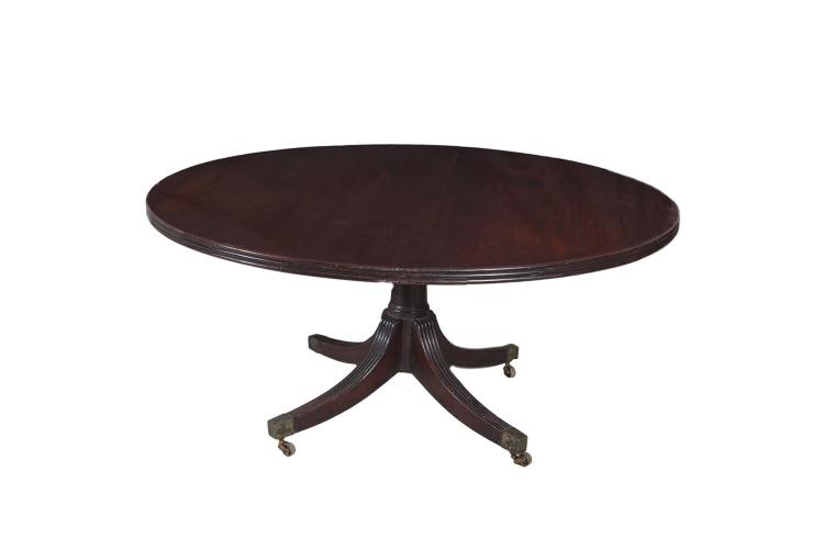 AN IRISH GEORGE IV MAHOGANY CIRCULAR DINING TABLE IN THE MANNER OF GILLINGTONS, the reeded rim raised on a plain tapering centre pillar with reeded quadruped outstretched legs, brass toe caps and castors. 153cm diameter