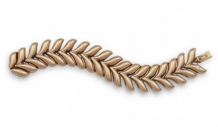 A RETRO GOLD BRACELET, CIRCA 1940Designed as an integral flexible herring bone bracelet, mounted in 14K gold, length 17cm, with three extra links of approx. 2.5cm, approx. 42.60g total