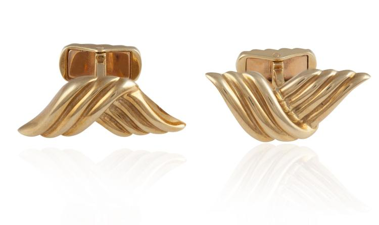 A PAIR OF GOLD CUFFLINKSThe cufflinks of rope-twist detail, with retractable batons, mounted in 18K gold, maker's mark, numbered 78537, French assay marks, width 2.6cm, approximately 14.30g total
