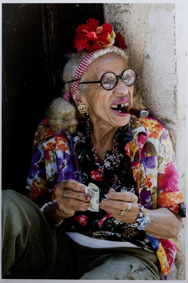 Cuban woman with cigar, a striking portrait by Nico Koster