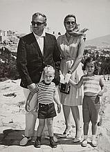 [Grace KELLY, princesse de MONACO (1929-1982)]. 31 photographies; tirages argentiques formats divers. BEL ENSEMBLE de photographies d'agences de presse (avec commentaire), montrant la princesse Grace pour la plupart avec son mari et/ou ses