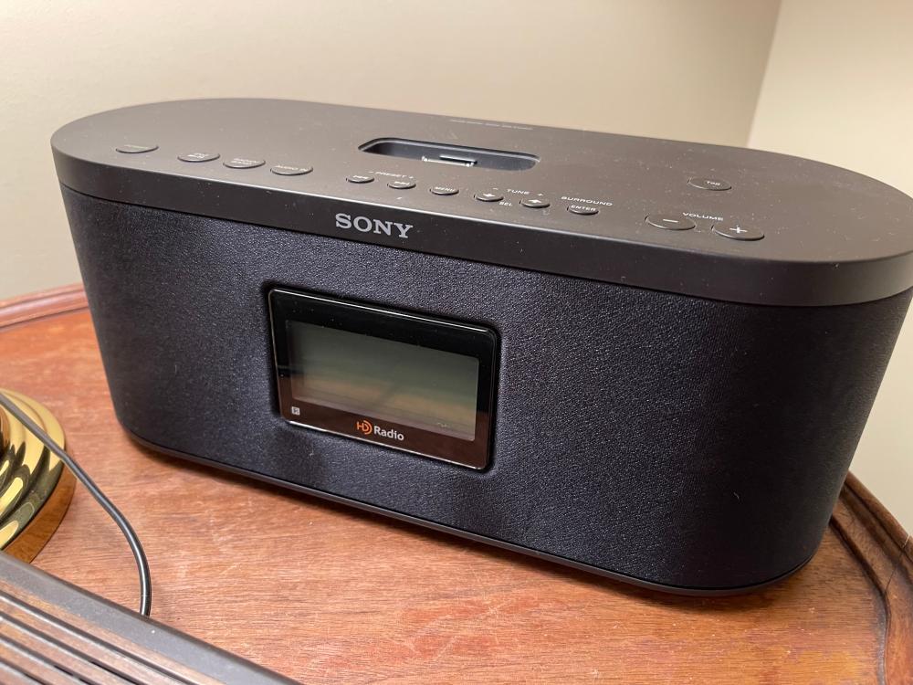 SONY HD RADIO IPHONE / IPOD DOCK ALARM RADIO