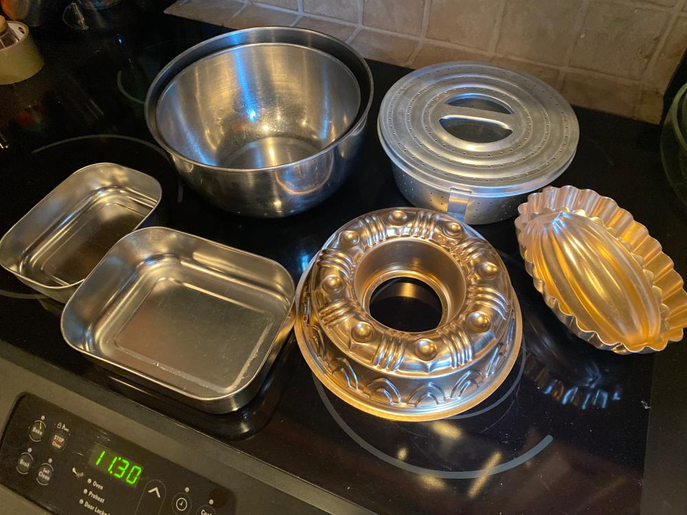 LOT OF METAL MIXING BOWLS AND MISC METAL / ALUMINUM BAKEWARE