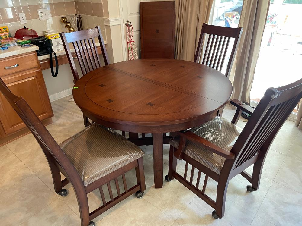 MISSION STYLE ROUND TABLE AND 4 CHAIRS AND LEAF