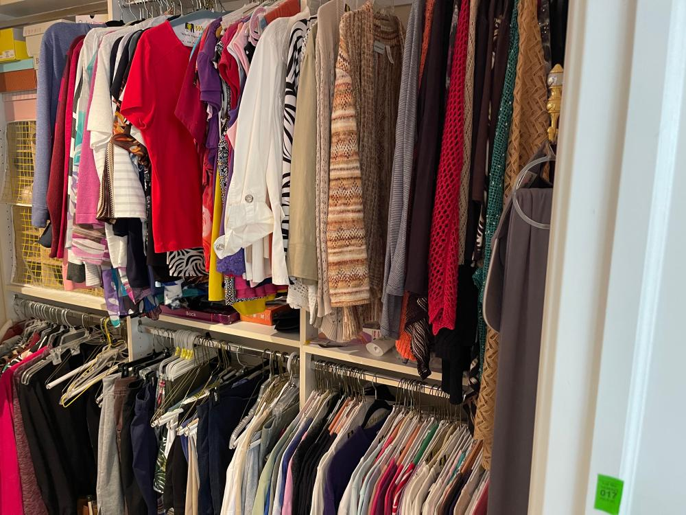 LOT OF WOMENS CLOTHES SIZE LARGE TO XL