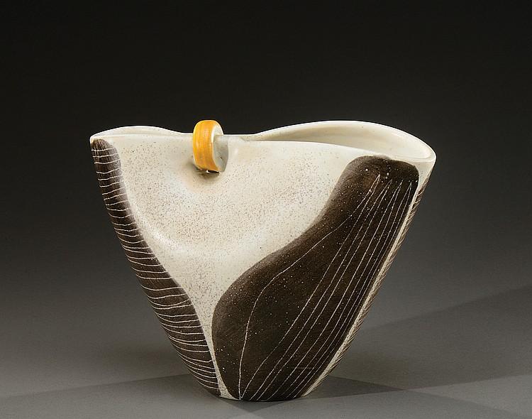 MADO JOLAIN ( Née en 1921)  Vase de forme ovoïde à col pinçé et bagué en céramique émaillée blanche moucheté grise et orange à décor de stries mouvementées sur fond noir.