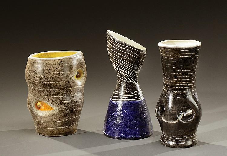 MADO JOLAIN (Née en 1921)  Suite de trois vases dont deux à oreilles en céramique émaillée polychrome à décor de stries blanches mouvementées.