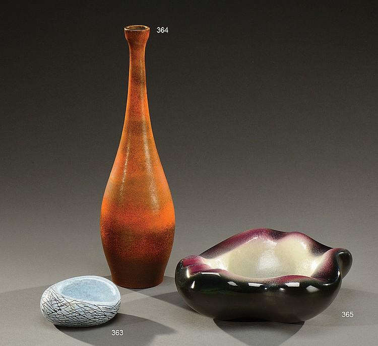 POL CHAMBOST (1906-1983)  Vide-poches de forme libre modèle «coquillage» en céramique émaillée noire, mauve et grise.