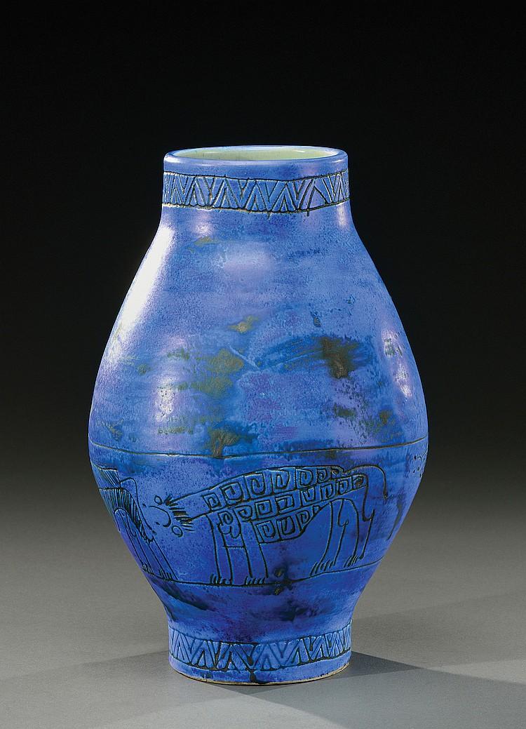 JACQUES BLIN (1920-1995)  Vase de forme ovoïde à col resserré en céramique émaillée bleue à décor incisé de frises géométriques et d'animaux fantastiques.