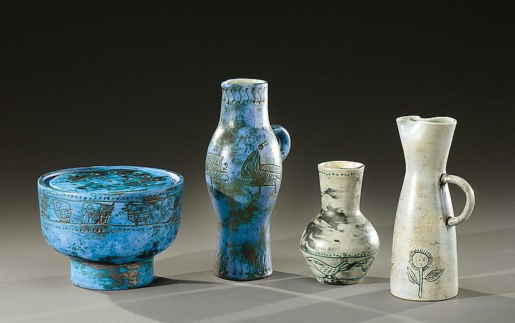 JACQUES BLIN (1920-1996)  Ensemble de quatre pièces en céramique émaillée bleue et grise à motifs incisés d'animaux fantastiques et de motifs floraux comprenant un pique fleurs circulaire,  deux pichets à anses et becs pincés et un vase.