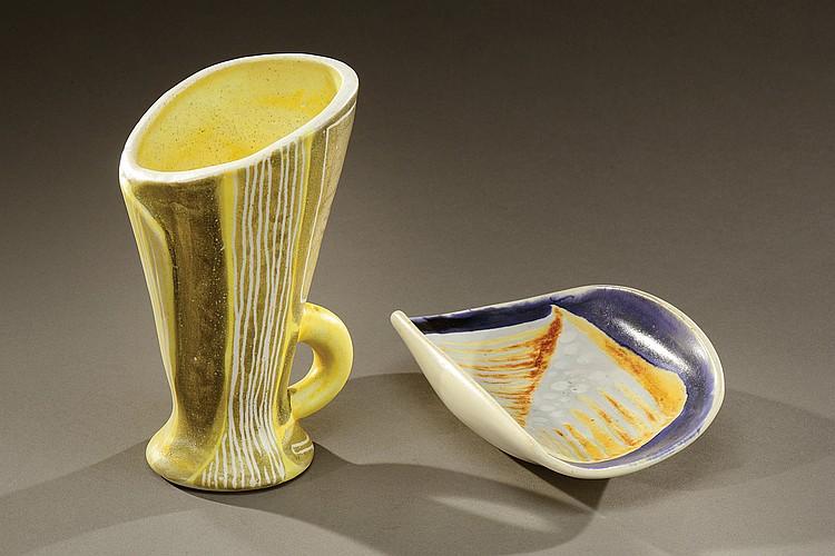 MADO JOLAIN (Née en 1921)  Suite de deux pièces en céramique émaillée polychrome figurant une coupe à motifs brun et gris sur fond bleu et d'un pichet à anse jaune et gris à décor de stries blanches.