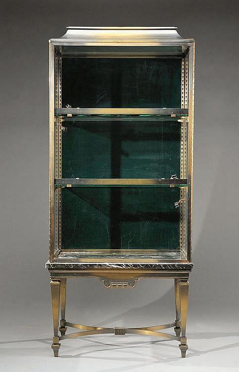 ALBAN CHAMBON (1847-1928)Vitrine éclairante à caisson en métal