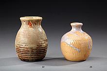 THEO PERROT (1856-1942) Vase piriforme en grès émaillé strié ocre à coulure