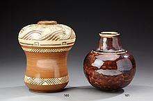 EMILE LENOBLE (1876-1939) Vase bombé en grès émaillé marron et crème à déco