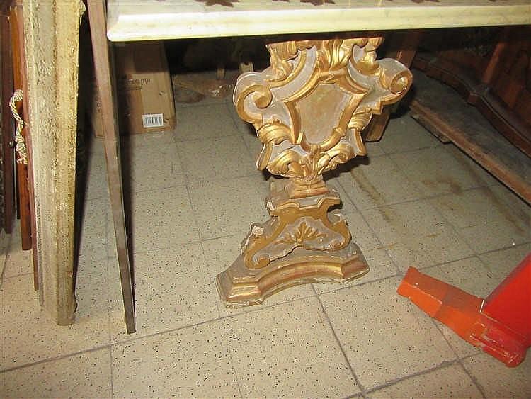 table basse compos de montants en bois sculpt et dor reli. Black Bedroom Furniture Sets. Home Design Ideas