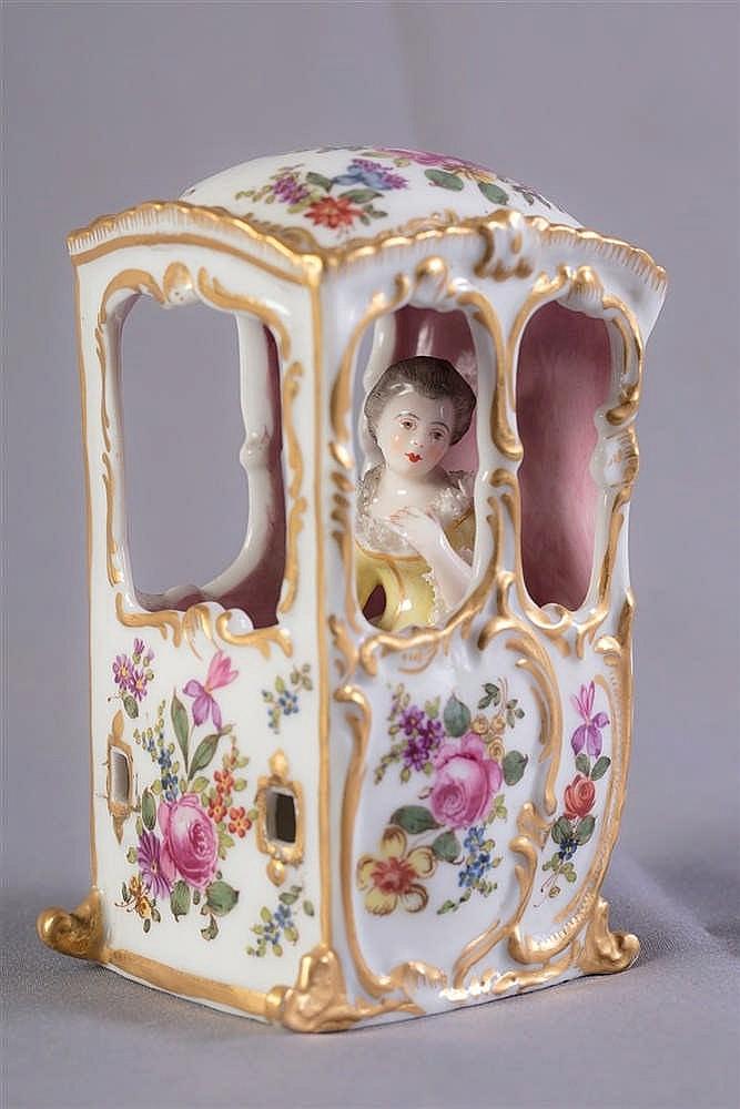 Chaises porteur en porcelaine polychrome porte au revers for Chaise a porteur