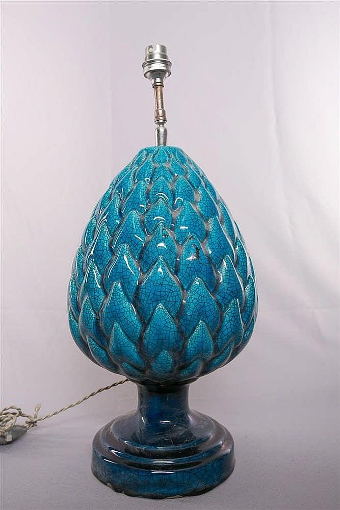 lampe en c ramique turquoise en forme de pomme de pin trava