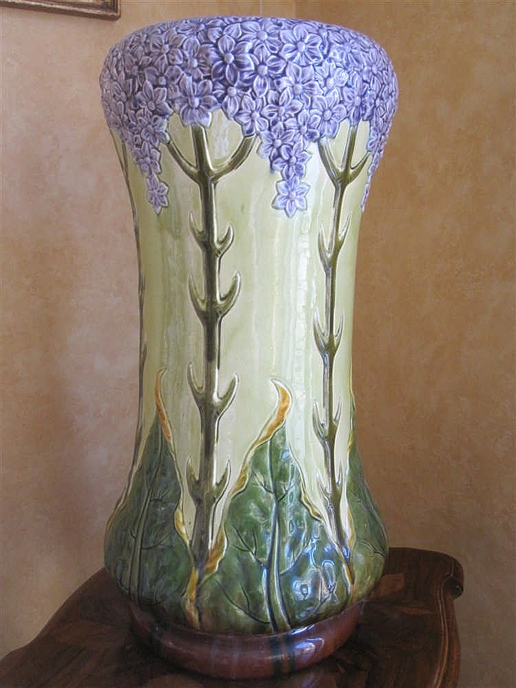Grand vase en ceramique polychrome a decor floral en relief for Grand vase decoration salon
