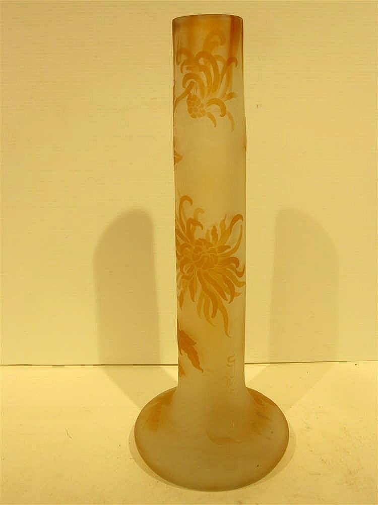 Galle vase a col tubulaire en verre triple a decor grave de for Decoration vase en verre