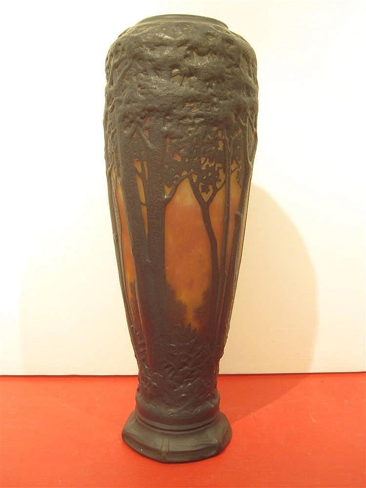 Daum important et rare vase en verre souffle moule a decor for Decoration vase en verre