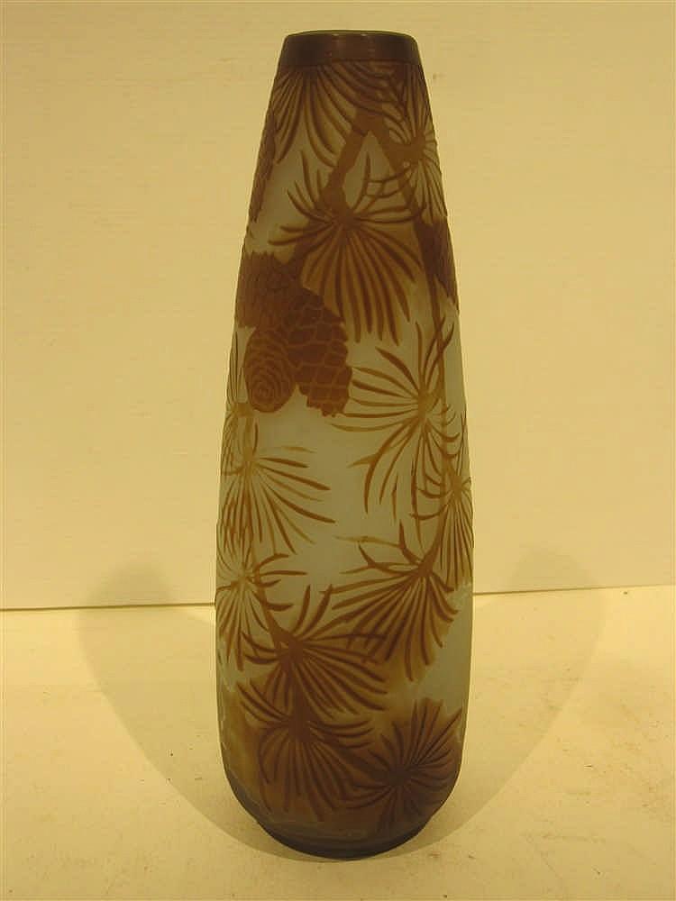 galle vase en verre grave a decor de pommes de pin sur fond. Black Bedroom Furniture Sets. Home Design Ideas