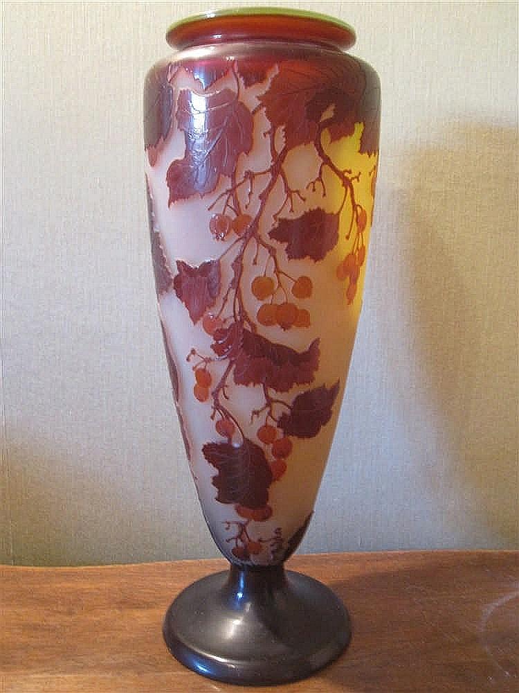 Galle vase sur piedouche en verre triple couche grave a l 39 a for Decoration vase en verre