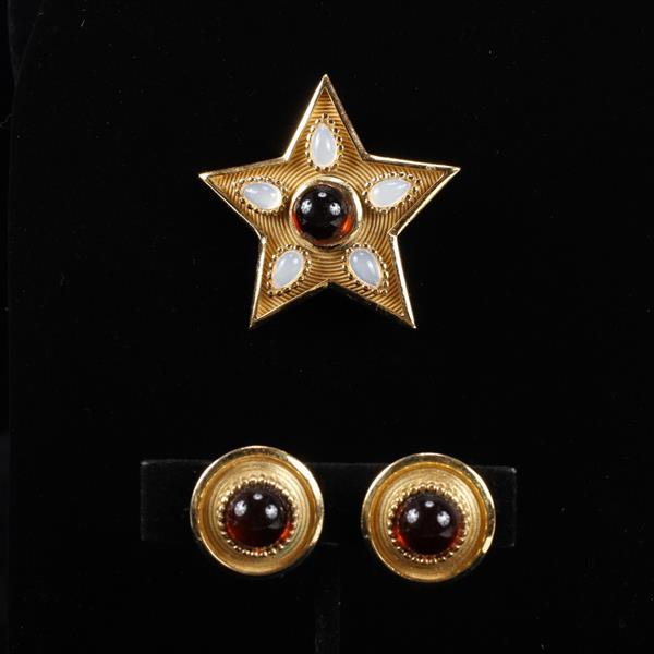 Trifari 2pc. Gold Tone Star Brooch Pin with ruby and moonstone jelly cabochons & co-ordinating Clip Earrings