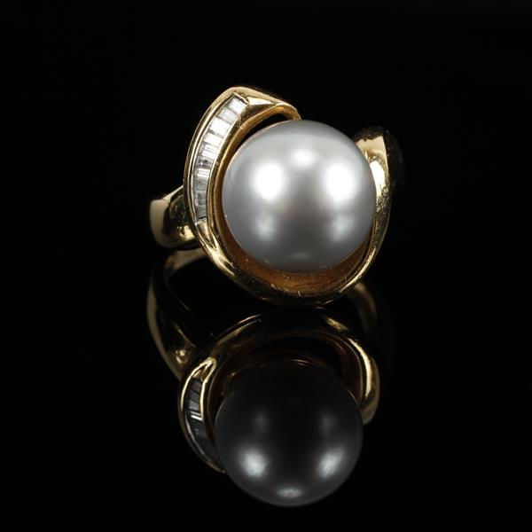 Yellow Gold 18K Vintage Modern 10mm grey pearl and channel set diamond estate ring. Size 4