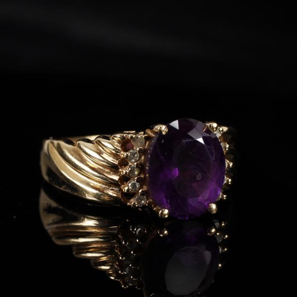 Gold 14K Vintage Modern deep velvety amethyst ring. Size 7.5
